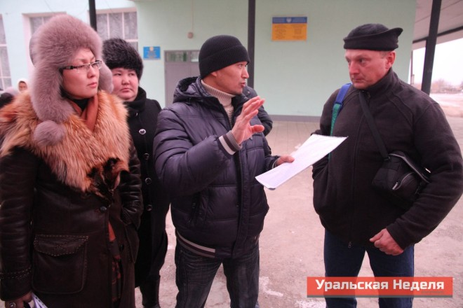 In the evening on December 4, on a petition to the President was signed by over 700 adult residents of the village. The villagers chose to send the signed letter  through Sergei Solyanik, a consultant for international civil society organization Crude Accountability, who had arrived in Beryozovka. (Photo courtesy of Uralskaya Nedelya)