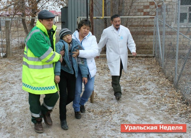As on November 28, yesterday, on December 4, the children began to faint at about 09.30hrs in the morning. In the photo: doctors of the local hospital lead a schoolboy who became ill to an ambulance, for admission to the central district hospital. (Photo courtesy of Uralskaya Nedelya)
