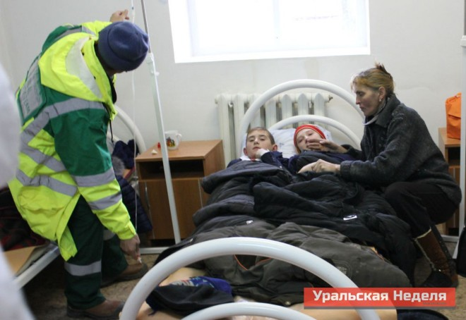 Many affected children were assisted in the local infirmary. Among the children who were poisoned yesterday, there are those who were also poisoned on November 28. In the photo: Elena Fahutdinova (far right) with her children who became ill in the morning on December 4. Her son Sergei, a 5th grade student, is on the left side of the hospital bed. He was among those who were also poisoned on November 28. (Photo courtesy of Uralskaya Nedelya)