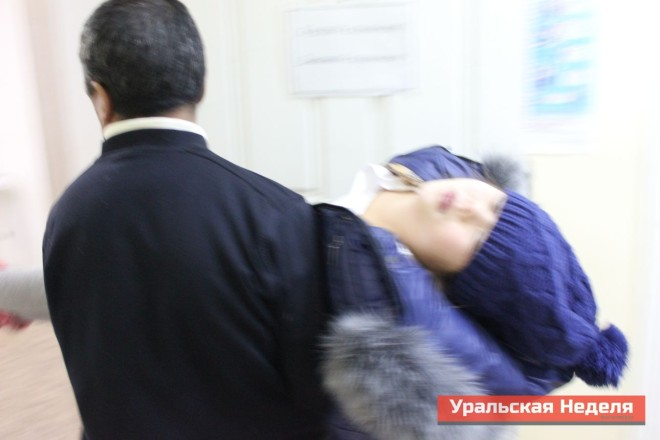 Another schoolgirl, who collapsed during class. Journalists took this picture in the morning of December 4, when unconscious children were being delivered to the local medical center. (Photo courtesy of Uralskaya Nedelya)
