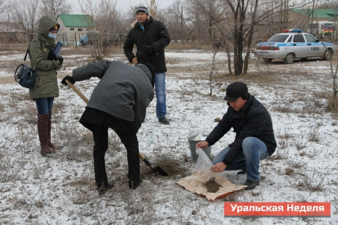 Specialists sample the soil in the center of the village. Soil samples are taken from the surface layer of 5 cm and from a depth of 20 cm from the surface. These samples were sent for examination to Astana. (Photo courtesy of Uralskaya Nedelya)