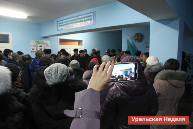 At about 16.00 hours local time, the residents of Berezovka gathered in the lobby of the local house of culture. According to the residents, the authorities do not fully disclose the information about the situation in the village, so the villagers are actively using social networks to disseminate information. The picture shows how a local woman is video recording the meeting. According to her, she will post this video on Youtube. (Photo courtesy of Uralskaya Nedelya)
